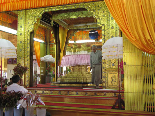 Die Knubbelbuddhas der Phaung-Daw-Oo-Pagode. Resultate, wenn jeder dahergelaufene Terrourist für ca. 1€ nicht nur Blattgold erwerben, sondern selbst noch Hand an den Figuren anlegen darf.