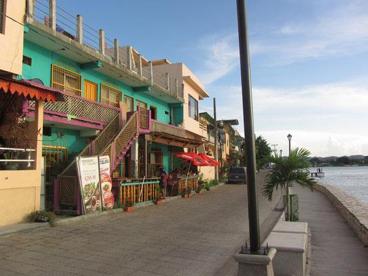 Die schöne, saubere Uferpromenade.