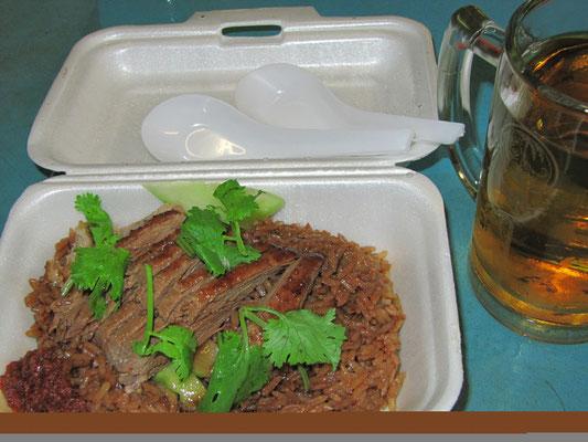 Gebratene Ente auf Reis.