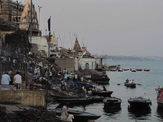 Foto vom Manikarnika Ghat. (Ein Ghat ist eine stufenartige Uferbefestigung.) Nach dem Verbrennen des Leichnams wird seine Asche ins Wasser gestreut.