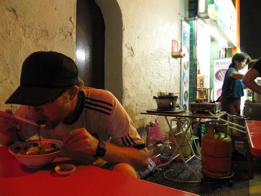 Loh-Mee-Genießer auf dem Wochenend-Nachtmarkt. Dieser Besucher sollte noch zweimal wieder kommen.