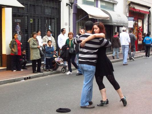 Tangovorführung mitten auf der Straße.