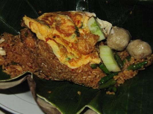 Nasi Goreng Telur (gebratener Reis mit gebratenem Ei) & Fleischbällchen.