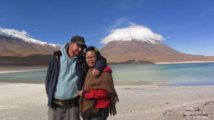 """Die Laguna Verde (""""Grüne Lagune"""") ist ein See im Nationalpark Andina Eduardo Abaro im Südwesten Boliviens. Sie liegt am Fuß des Vulkans Licancabur auf 4.329 m."""
