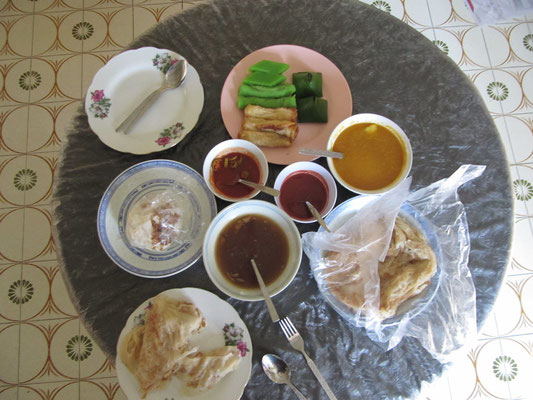 Roti Canai, Chee Cheong Fun (猪肠粉), Kuih Talam (grüne, malayische Süßigkeiten ganz oben), Ketayap (grüne Süßigkeiten; 2. v. oben), Pulut Inti (grüne Pyramiden).
