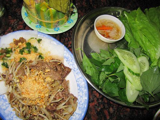 Kalte Reisnudeln mit Rindfleisch, Sojabohnensprossen und geriebenen Erdnüssen. Das Ganze wird vermischt und in die dazugereichten Salatblätter gerollt um anschließend in Soße zu tunken. Groß.