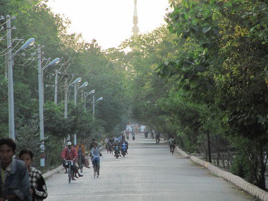 Zufahrtsstraße zum Mandalay Palast.