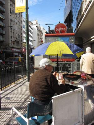 Verkäufer von Fritiertem vor dem Eingang zur Subte (U-Bahn).