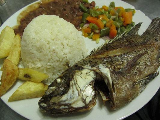 Frittierter Fisch mit den klassischen Beilagen.
