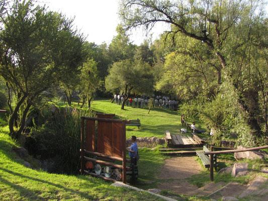 Der gesamte Cerro San Cristobal ist eigentlich ein Park (Parque Metropolitano). Hier vergnügen sich Pfadfinder beim Ringelreien.