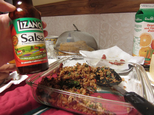 Gallo Pinto und Salsa Linzano. Salsa Lizano ist eine costaricanische Gewürzsoße, die 1920 von der Lizano Company entwickelt wurde. Es ist eine dünne, glatte, hellbraune Sauce (vergleichbar mit Worcestershire-Sauce).