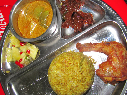 Briyani, Chilli-Ananas, Currysoße & gebratenes Hühnchen.