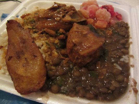 Bohnen, Reis und Kochbananen.