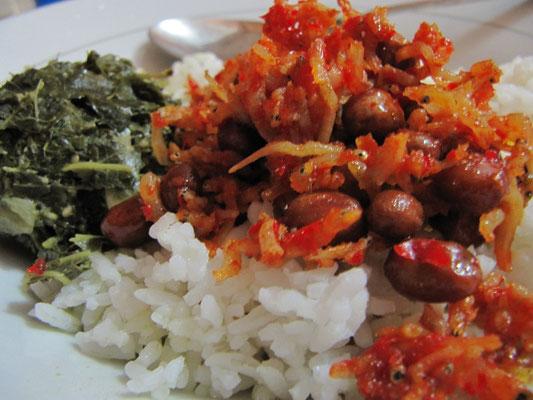 Nasi Ikan Bilis (Reis mit kleinen Fischen) mit kleinen Nüssen & Gemüse.
