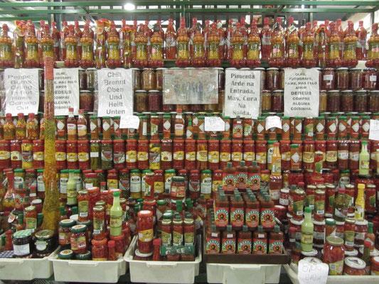 Spice it up, baby! Grandiose Auswahl an Chillisaucen- und produkten.
