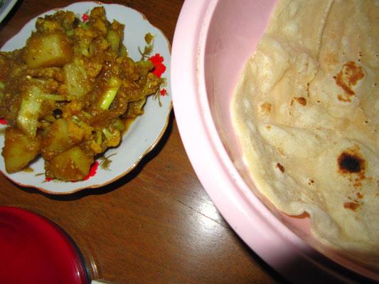 Aloo-Gobi mit Chapati (Kartoffel-Blumenkohlcurry mit indischem Fladenbrot).