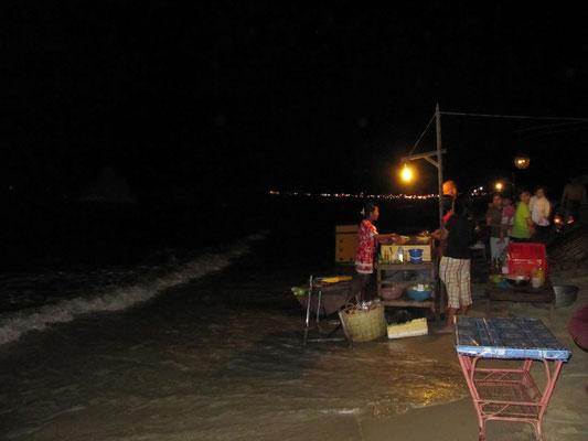 Seafood-BBQ-Küche am Strand/im Wasser.
