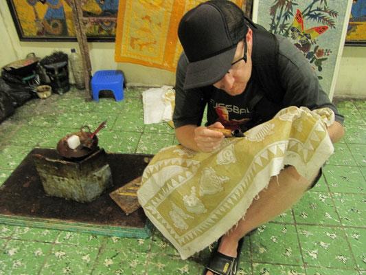 Sebastian bei einer seiner Lieblingsbeschäftigung, dem Anfertigen eines Batikprodukts.