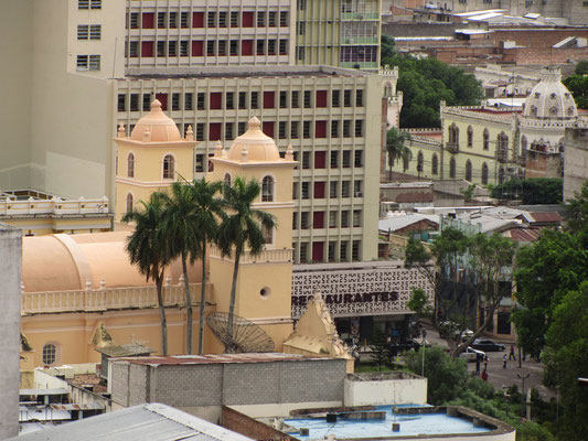Die Kathedrale vom Parque La Leona aus gezoomt.