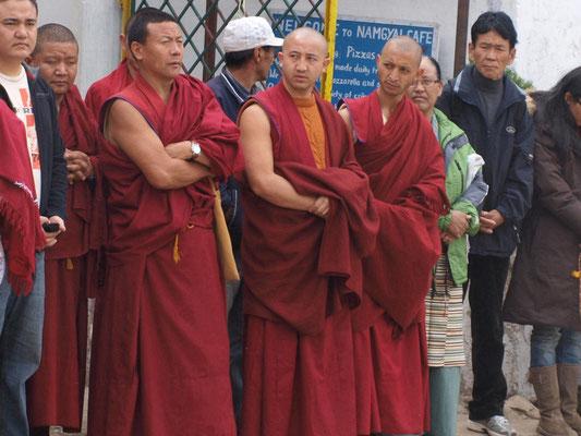 Mönche beim Warten auf den Bus.