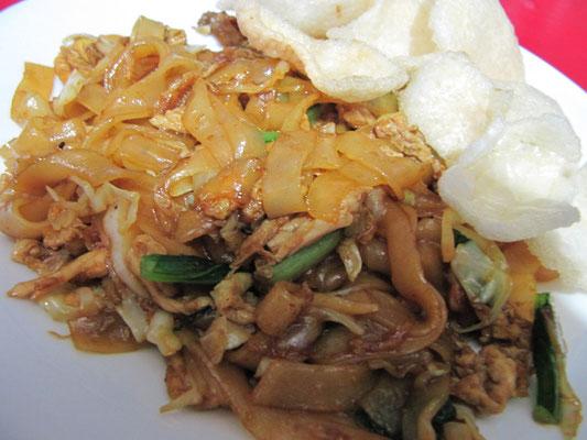 Gebratene, breite Nudeln nach chinesisch-malaysischer Art. Nicht so gut wie Penangs Variante, aber immer noch saulecker.
