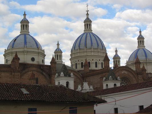 Die neue Kathedrale liegt eingebettet im Häusermeer.