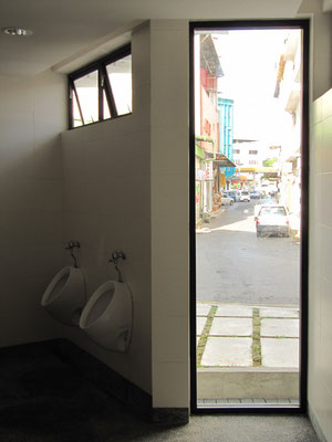 Toilette des Sibu Heritage Centers mit Blick auf die offene Straße.