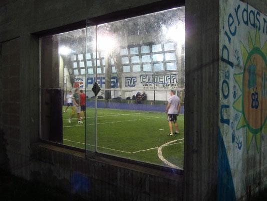 Es wird gesportelt, überall. Egal ob Tennis, Joggen, Inlining (unser Gastgeber war süchtiger Rollerblader), Boxen oder wie hier Indoor-Fußball.