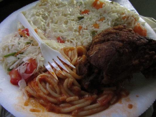 Frittiertes Hühnchen mit Gemüsereis, verschiedenen Salaten und Spaghetti.