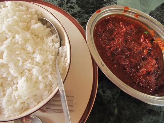 Schweinefleischcurry (viel zu scharf!) mit Reis. Chihi leidet noch immer :)