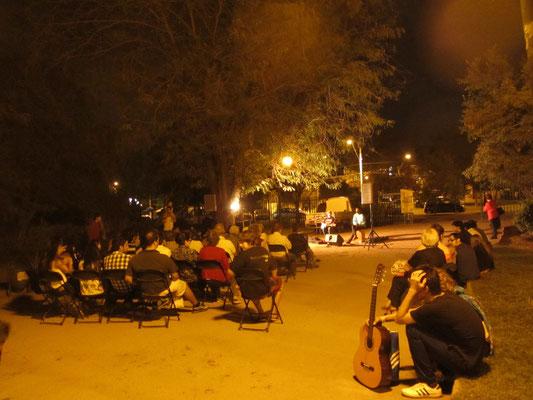 Santiago ist auch kulturell großartig. In unserer Nachbarschaft finden regelmäßig Konzerte in den Parks statt. Selbstverständlich für Jedermann.
