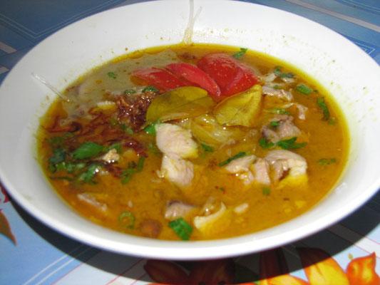 Soto Ayam. Hühnchensuppe, meist mit Reis serviert.