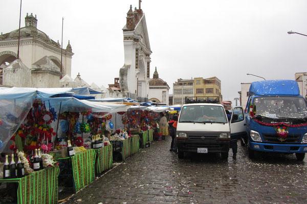 Die Kathedrale in Copacabana ist Boliviens wichtigste Pilgerstätte. Gläubige lassen hier ihre Fahrzeuge segnen.
