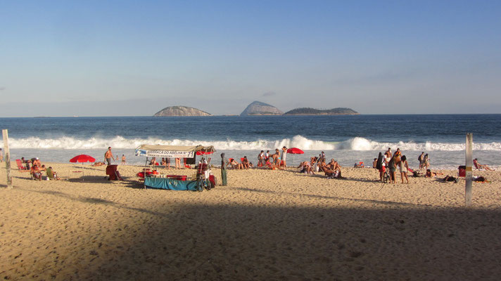 Neben Copacabana besitzt Ipanema den wichtigsten Strand Rios. Das direkt an ihn anschließende Stadtviertel gehört zu den gehobeneren und angenehmeren von Rio. Die Kombination von Strand und angenehmem Großstadtviertel ist in dieser Form einzigartig.