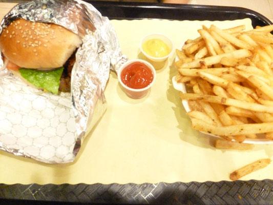 """Ein echter Burger von Astorias neuestem Burgerladen """"Just Burgers""""."""