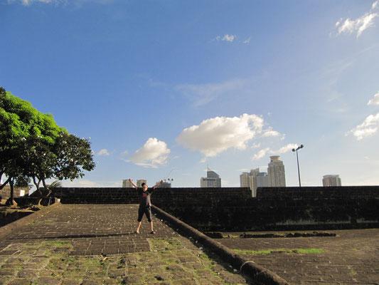 Besteigung der Stadtmauern von Intramuros, dem Zentrum Spanisch Manilas.