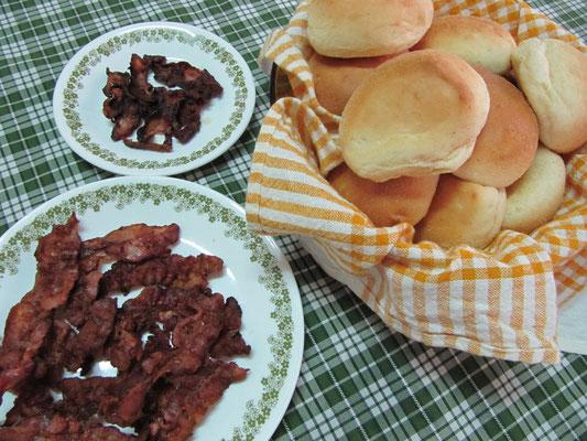 Typisch philippinisch. Nelson, der Vater unserer Gastgeberin, servierte ein ausgezeichnetes amerikanisches Frühstück.