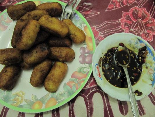 """Hausgemachte Kasavakroketten. Eine Idee unserer Gastmutter um die """"teuren"""" Kartoffeln nicht kaufen zu müssen. Dass diese Kroketten fantastisch schmecken mit dem selbstgebrauten Dip, muß ich wohl nicht erwähnen."""