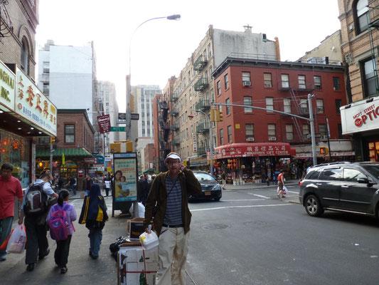 Mann mit chinesischem Essen in der Hand.
