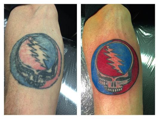 Ausbesserung eines Totenkopf-Tattoos