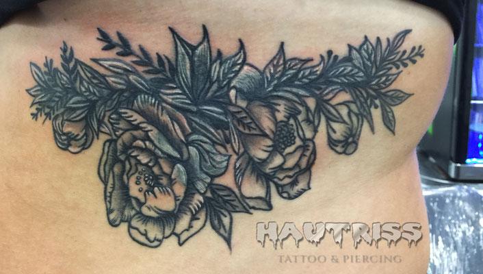 Cover-Up-Tattoo eines bestehenden Schriftzuges mit Anker unter der Brust. Entwurf und Realisierung eines Cover-Up-Tattoos mit einem Rosenmotiv.