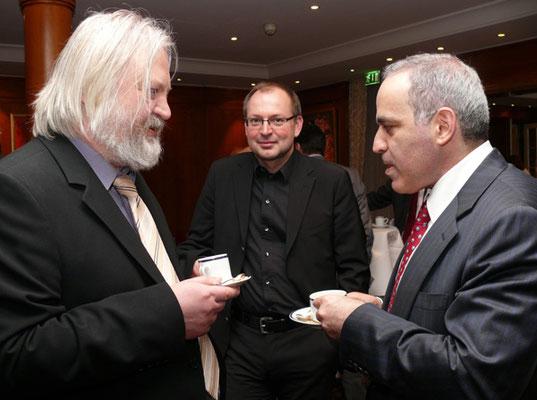 Christian Hesse mit Garri Kasparov (rechts) und Artur Yussupov ©Frederic Friedel