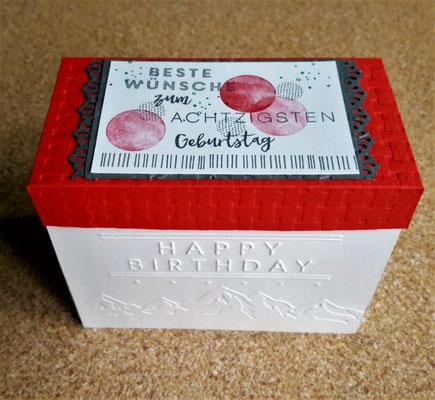 Auch der Deckel ist mit dem Korbfolder von Su geprägt. Ein paar schöne Stempel auf ein Stück weißen Cardstock und fertig ist die Box von außen.
