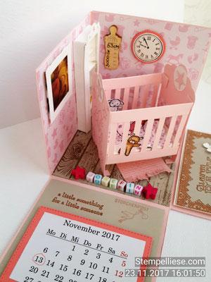 Eine kleine Karte mit Briefumschlag für die Geldnote wird unter dem Kalender versteckt.