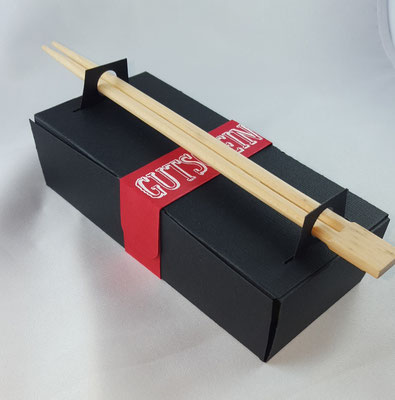 Die Box wird nur aus einem DIN A4 Bogen Karton oder festem Papier zugeschnitten und gefaltet