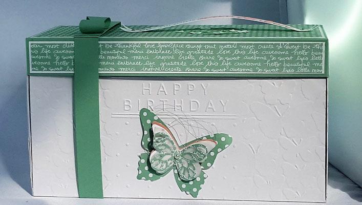 Von außen ist die Box schlicht gehalten in Weiß und Minze. Die Seitenteile wurden mit dem Prägefolder Schmetterlingsschwarm geprägt.