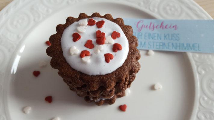 Der Gutschein, die Süßigkeiten oder vielleicht auch ein Verlobungsring ;-) etc. kommen erst zum Vorschein, wenn der Deckel abgehoben wird.