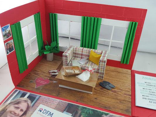 Hier also das Wohnzimmer...mit Gardinen und Möbeln