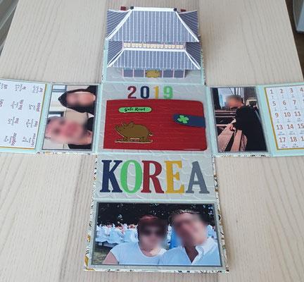 Am Kopfende steht der Palast Gyeongbokgung aus Seoul.
