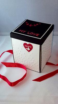 Das Papier wurde mit Herzen geprägt. Ein größeres Herz ausgestanzt und in rot wieder eingesetzt.